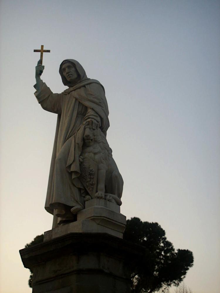 Statua piazza Savonarola
